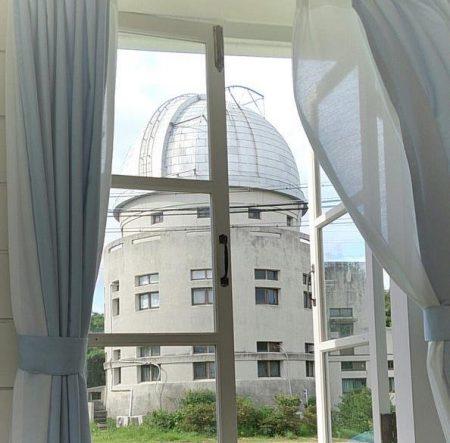 歴史館の窓から見た本館2-花山天文台