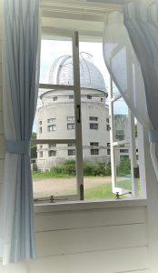 歴史館の窓から見た本館-花山天文台